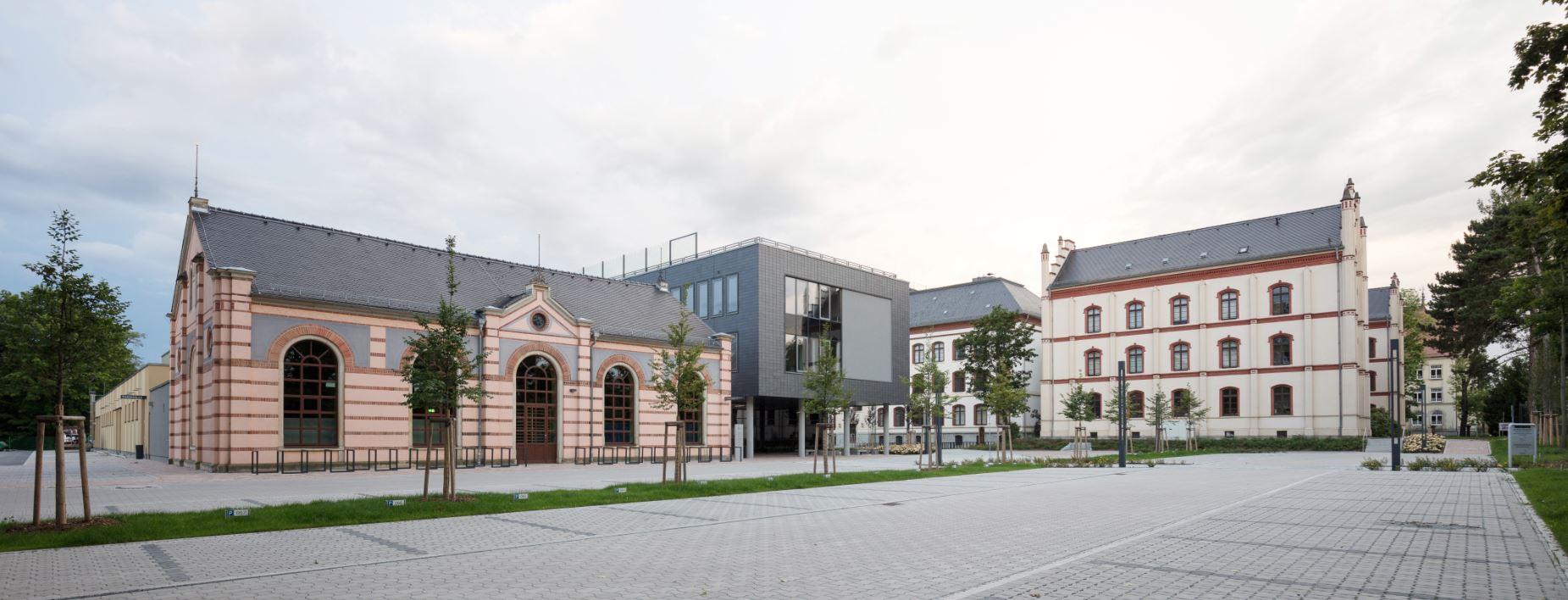 Nowoczesny budynek pokryty łupkiem naturalnym